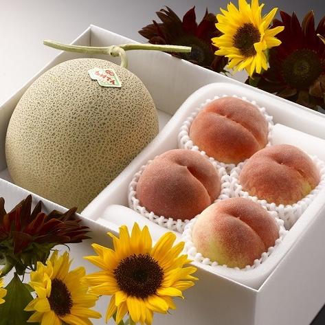 北海道赤肉メロンと桃 赤肉メロン1玉、桃4玉